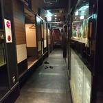 大地の響 - 廊下の両側に個室が並びます