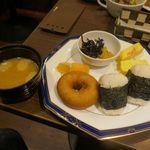 すなば珈琲 - 塩気のちょうどよいみそ汁、お漬物、だし巻き卵、サクサクドーナツ、オレンジ、おにぎりが着皿。