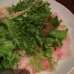 ムスムス - 豚のぶどう山椒蒸したっぷりの葉サラダを乗せて