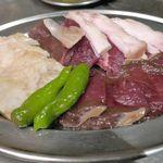 焼ジビエ 罠 - 最初に運ばれてきたお肉は「鹿肉」の盛り合わせ。