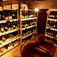 【秘密のワイン庫には100種以上のワインが】お客様自らワインを探しに地下のワイン庫へ