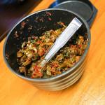 ラーメン しのはら - 卓上には辛子高菜も置いてあります。