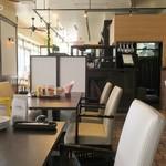 テディーズビガーバーガー - カフェ風の店内、女性客しかいない