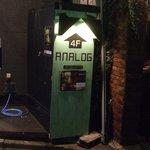 アナログ カフェ ラウンジ トーキョー - 建物入口横の店舗案内です。