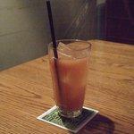 アナログ カフェ ラウンジ トーキョー - グアバジュースです。