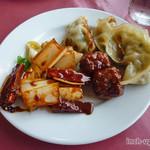 王府井 - 肉団子、ネギとチャーシューの炒めもの、お代わりの餃子