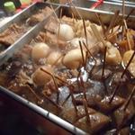 三河屋 - 目の前ではおでんがグツグツと煮えています