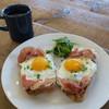 モーニング グラス コーヒー プラスカフェ - 料理写真:エッグ&トースト(自家製カントリー・ローフ、プロシュート、グリュイエールチーズ、エッグ、ルッコラ、ネギ)&本日のコーヒー(グァテマラ)
