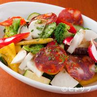 7丁目キッチン shiro - 大きく切った野菜が食べがいのある『ゴロゴロ野菜とスペインサラミのサラダ』
