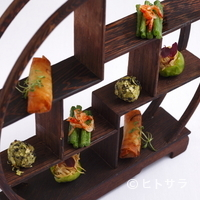 Chi-Fu - テーマは「豆」。観覧車のような飾り棚に盛られた『前菜の盛り合わせ』
