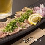 とり八 - 料理写真:九州産の地鶏を使用した『地鶏の炙り』。鮮度の良い鶏だからこそ味わえる美味しさです