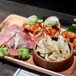 ワイン食堂 ビストロQ - 前菜盛合せ(ひよこ豆のトマト煮のカナッペ、しゃきしゃきセロリ、生ハム)