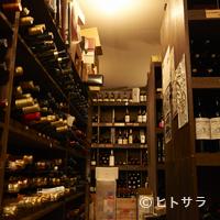 シェ・イノ - ワインのストックは1万本以上。料理に寄り添う1本を見つけ出せる