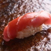 鮨 ほしやま - 酢めしとネタのバランスが抜群。やはり食べたくなる定番のネタ『マグロ』