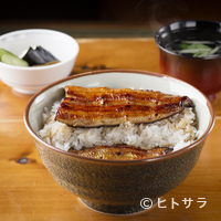食べ進めると中からもう一枚蒲焼きがあらわれる贅沢な鰻丼『しのび丼(特)』