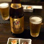 玉ゐ - お通し 400円(穴子酢の物、穴子の肝甘露) とエビスビール 中瓶 700円