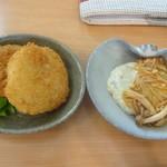 ふらいぱんや - 左:海老かつ&メンチ、右:根菜ハンバーグ