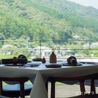 窓の外には、シェフが生まれ育った那珂川町の雄大な風景
