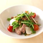 キリン一番搾りガーデン - 旬の京野菜とローストビーフに甘みのある茹で麦芽を加えたサラダ。