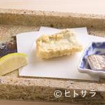 蕎ノ字 - 軽く炙った刺身とともに供し、その味の違いを楽しませる『太刀魚』