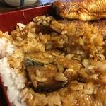 やま平 - うな重はご飯の中に鰻が一切れ入っています