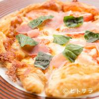 陽に吹かれ - パイ生地を使った『海老とバジルと生ハムのピザ』はサクッと入る