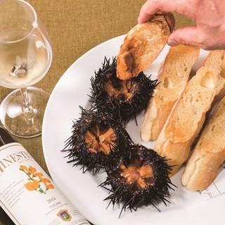 ナポリの海で味わう豪快な食べ方!?
