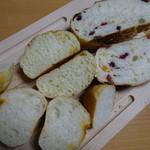 加藤仁と阿部守正の店 - ガーリックパン、コーンパン等の断面
