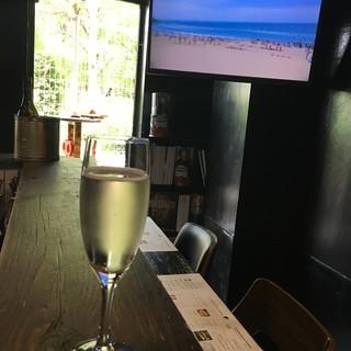 土曜日&祝日限定!明るいうちからワイン飲みましょ♪