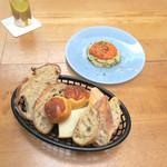 Meat&Bakery TAVERN - フムスのディップとパン