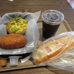 66260592 - 私はパンを3種類とアイスコーヒーを選んでテーブルに運んでみました