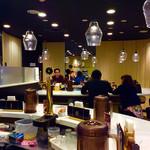 CURRY&SPAGHETTI ダイヤモンドカリー - 店内風景。二つのU字型カウンターそれぞれにホール係が配置されている。