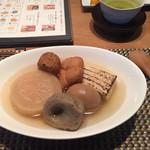 小田原おでん本店 - おでん茶飯ランチ  タネは22種類の中から5個選ぶ事ができます!  パーキングエリアのフリーペーパーにこちらを見せるとおまけ一個の記事が載っているのを発見したので6個( ◠‿◠ )