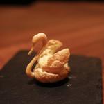 スイーツカフェ&バー フィナンシェ - 白鳥のシュークリームは繊細です☆