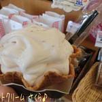富成伍郎商店 - ソフトクリームは週替わりメニューのさくら(389円)♪ さくらは結構しっかり桜の香りに桜餅みたいなお味☆彡 お豆腐っぽさは全然なかったけど滑らかで旨〜♪