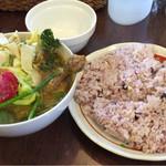 kuu - チキンレッグと野菜カレー エビスープ 2辛 大盛り