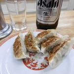 亀戸餃子 - 1皿目と瓶ビール