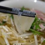 ハノイのホイさん - (2017/3月)「フォー・ボー(牛骨のスープ)の牛肉(ミディアムレア)」の麺