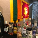 アプサラ レストラン&バー - スリランカ国旗の掲げられた1階店内