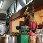 南粤美食 - 干し豚バラ肉と腸詰が吊り下げてある