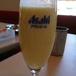 66413805 - 一口飲んじゃった。とろんとろん。マンゴーの色がかわいい。きっとビールグラスなのかな。濃さから言ってもこのサイズがちょうど良く。ASAHIは、意図的に写してみました(^-^)
