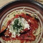 スパ吉 - 揚げナスとベーコンとモッツァレラチーズのトマトソース950円(2辛)