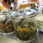 極味や - 青菜の漬物ときゅうりのキューちゃん的なものがあるので、ご飯が進みます。