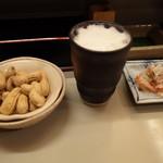 鳥九 - 料理写真:生ビールとお通し、サービスの落花生