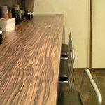 油そば専門店ぶらぶら - 【'11/02/02撮影】店内のカウンター席の風景です