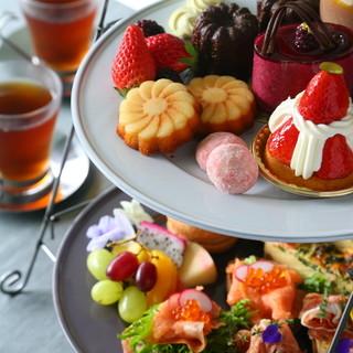 お茶やお菓子をつまみながらお喋りを楽しむアフタヌーンティー