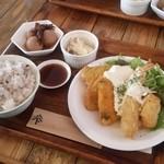 となりわ - ランチ「ミックスフライ定食 (980円)」 十六穀米・小鉢2種・スープ・ドリンク付