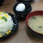 伝説のすた丼屋 - サラダ、味噌汁付。