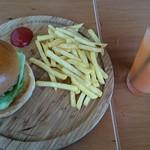 ハロー ハンバーガー - ベーコンチーズバーガー&フレンチフライ&グレープフルーツジュース。