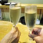 天ぷらとワイン 小島 - チリ産 ソービニヨンブラン種 のスパークリングワイン をグラスワイン 490円(税込)で 乾杯ぁ~イ!